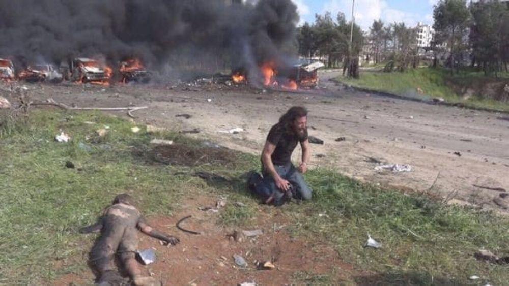 Tras ataque a convoy de evacuados de Siria, fotógrafo dejó su cámara a un lado para salvar vidas.(VIDEO)