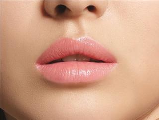 Lipstik dengan warna pink natural