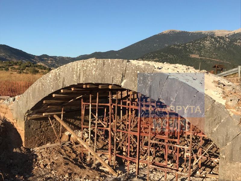 Στην αρχική του μορφή και πάλι το παλιό πέτρινο γεφύρι στις καταβόθρες Χελμού