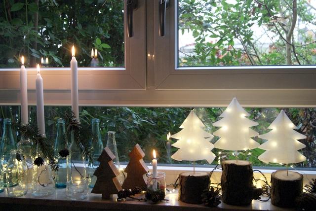 Weihnachtsdekoration auf der Fensterbank
