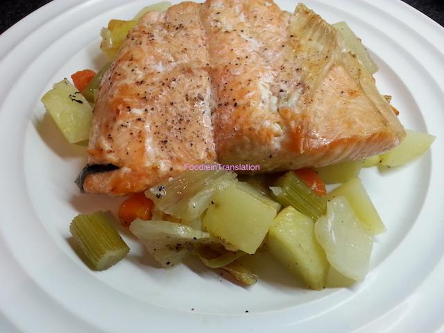 Salmone al forno con patate, carote e finocchi