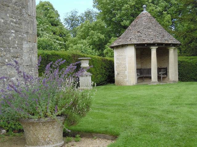 kamienna altana w ogrodzie