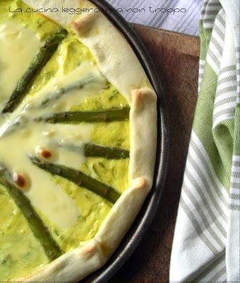 la ricetta della torta salata con pasta brise' asparagi e ricotta