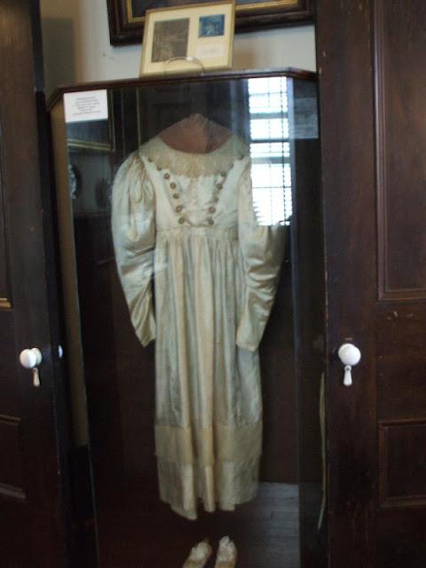 hantu anna baker yang selalu menghantui gaun pengantinnya
