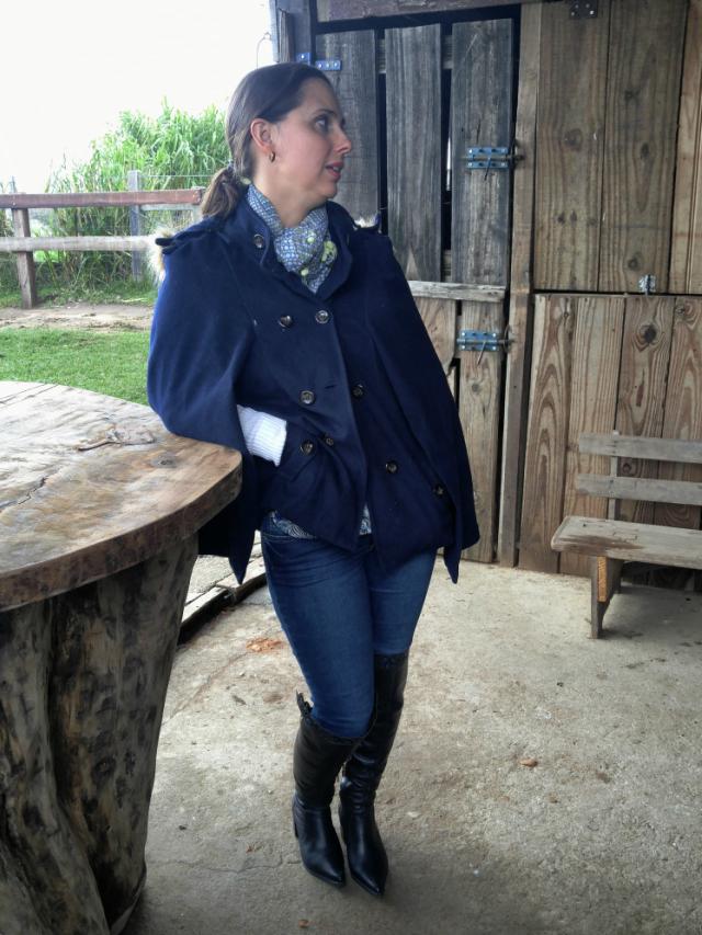 Moda campeira - poncho azul, skinny e bota nova over the knee