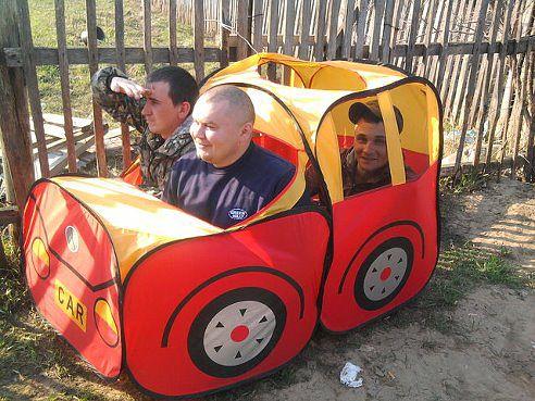 Мужики в детском авто