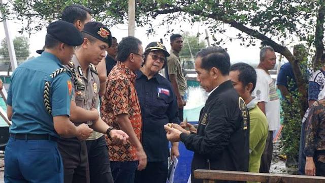 Jari Jokowi Berdarah Kepatil Udang yang Dipanennya