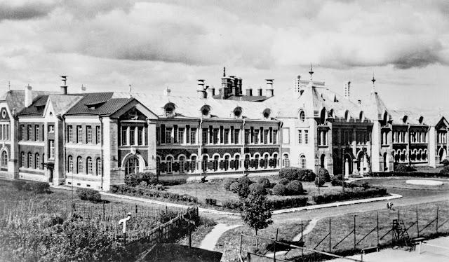 Больница для рабочих Кренгольмской мануфактуры, построенной по проекту арх. А.И. Владовского в честь 300-летия Дома Романовых. Закладка состоялась а июне 1911 года, в 1913 году больница была уже открыта. Продолжительность рабочего дня в Российской империи