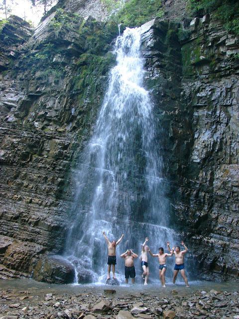 Манявский водопад и наши товарищи