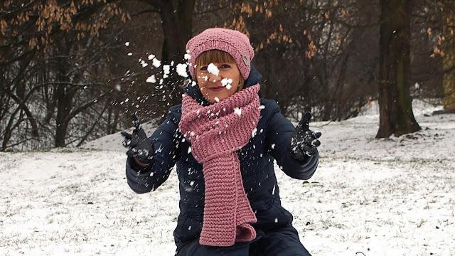 Różowy komplet (czapka i szal) w zimowej scenerii