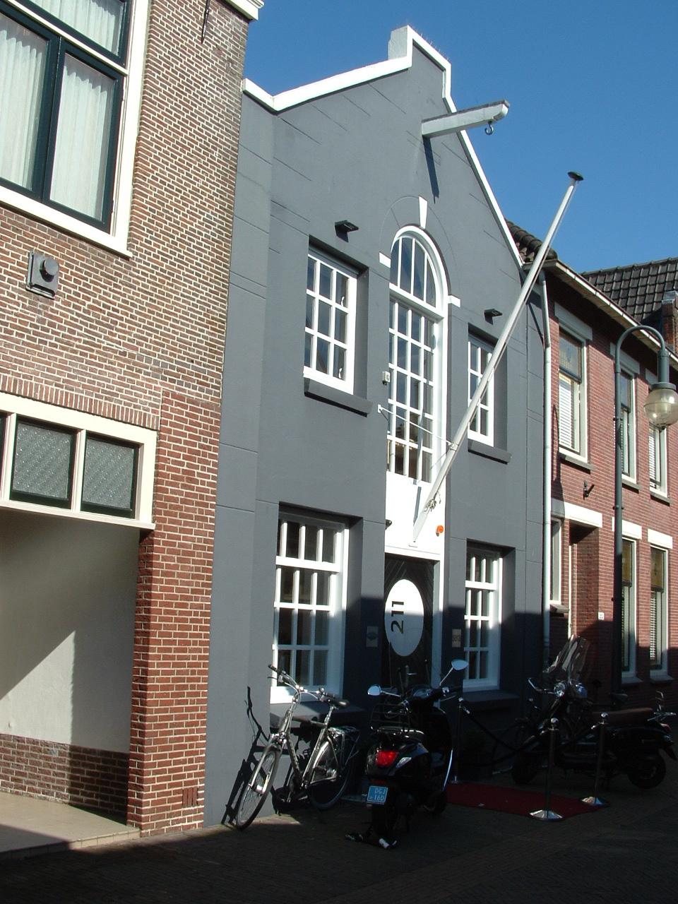 c6746b04ab3 Het voormalig pakhuis is in de jaren tachtig verbouwd door architectenburo  Brouwer, die hierin kantoor hielden. De van oorsprong asymmetrische gevel  heeft ...