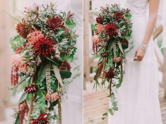 Bukiet ślubny w stylu etno z piórami.