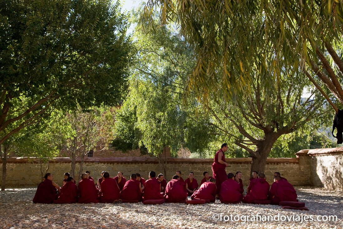 debate patio monasterio de Samye en Tibet