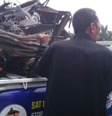 Personel satlantas mengamankan kendaraan yang tabrakan beruntun di Labuhanbatu.