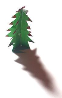 Figuras de cartón en forma de árbol que sirven como adornos en Navidad.