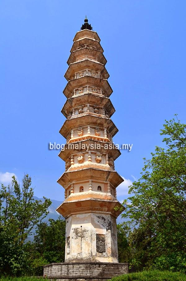 Dali 3 Pagodas Leaning