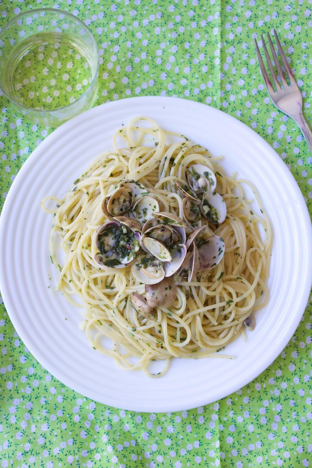 Peroleando espaguetis con almejas - Espaguetis con almejas ...