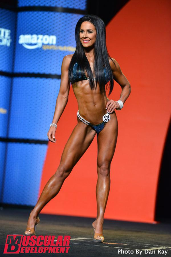 Ashley Kaltwasser, atleta Bikini, se apresenta no palco do Mr. Olympia 2015. Foto: Dan Ray