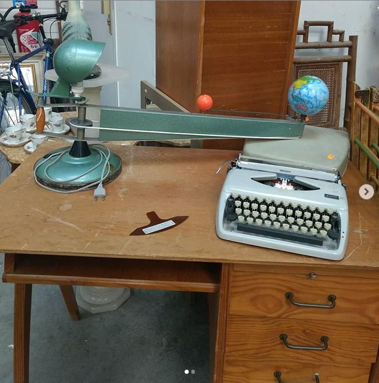 lampe d'école astronomie et machine à écrire ancienne