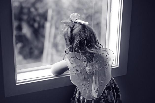 Menina de 5 anos lê uma mensagem macabra na internet que diz a ela como se tornar uma fada, ela não vê o perigo e ela faz isso