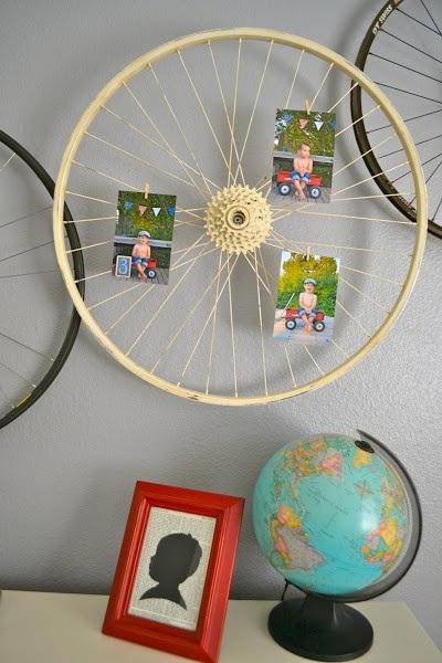Roda sepeda bekas jadi bingkai foto dan hiasan dinding yang unik