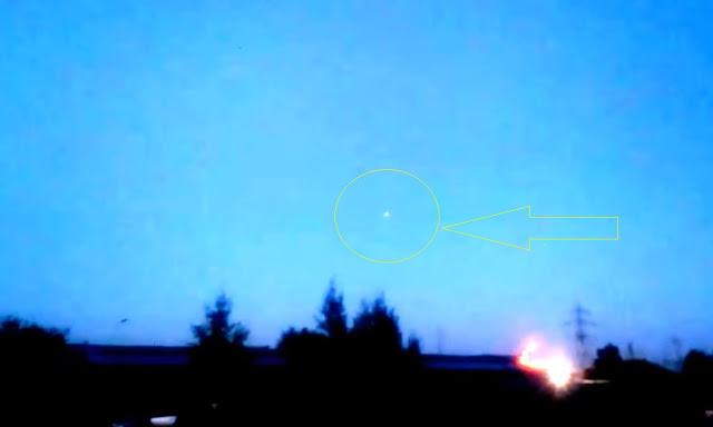 Неизвестный летающий объект светился во время полета.