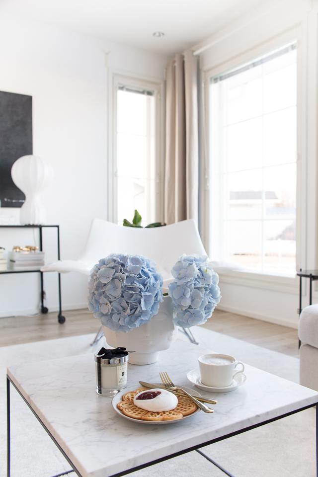 Villa H, flos Gatto, stingray keinutuoli, siniset hortensiat, olohuone, sisustaminen