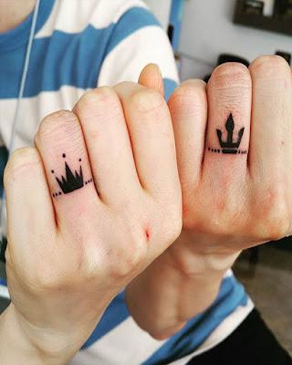 tatuaje de pareja coronas en los dedos