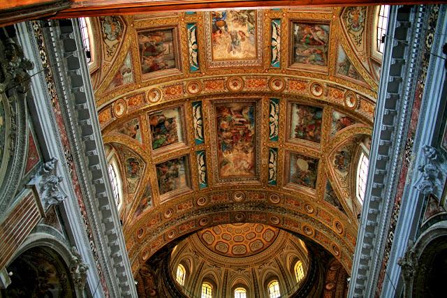 Gesù Nuovo Napoli, chiesa, volte, affreschi, monumenti, decorazioni dorate