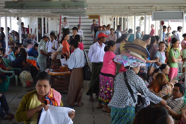 Vie dans le ferry à Yangon