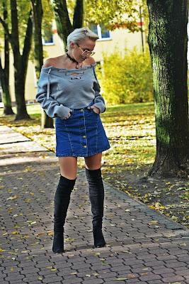 szary_plaszcz_spodnica_jeans_guziki_bordowa_ramoneska_karyn