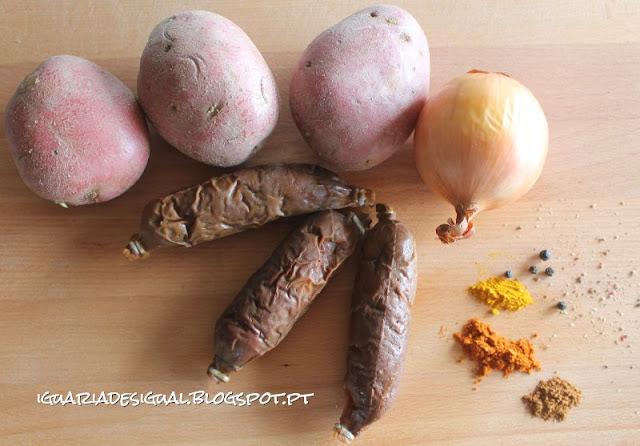 Chouriço+goes+batatas+cebola+canela+açafrão+pimenta+paprica