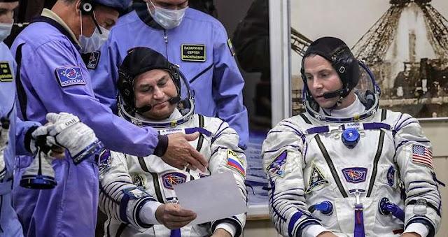 Alexei Ovchinin and Nick Hague © Sergei Savostyanov/TASS