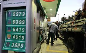 Após seguidos aumentos, preço da gasolina cai um centavo nas refinarias