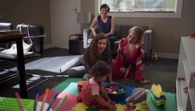Rita (Alanis Guillen) e Lígia (Paloma Duarte) brincam com Nina em Malhação - Toda Forma de Amar — Foto: Globo