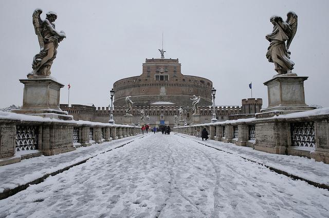 Η Ρώμη «ντύθηκε» στα λευκά (βίντεο)