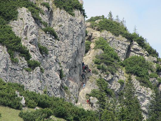 Zbliżenie na rynnę ubezpieczoną łańcuchem prowadzącą na szczyt Małego Rozsutca.