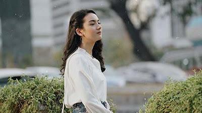 Ersya Aurelia Pakai Baju Putih
