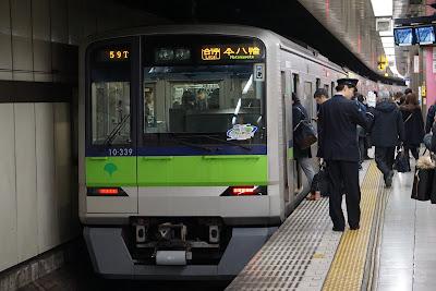 新宿駅停車中の10-300R形