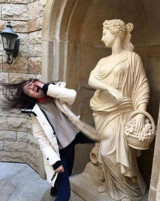 Funny Statue Slapping Woman Picture