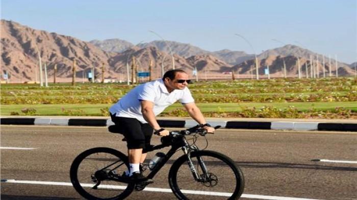 بقلب جرئ صور| الرئيس السيسي يتجول بـ«الدراجة» في شوارع شرم الشيخ