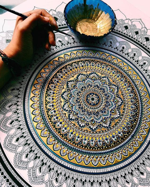 Intrincados mandalas dorados con oro por el artista Asmahan A. Mosleh