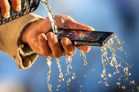 Tips Langkah yang Harus Dilakukan Bila Ponsel Kena Air