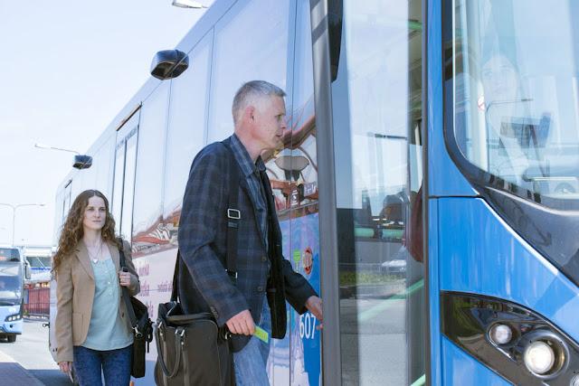 Kaksi matkustajaa nousee bussin kyytiin.