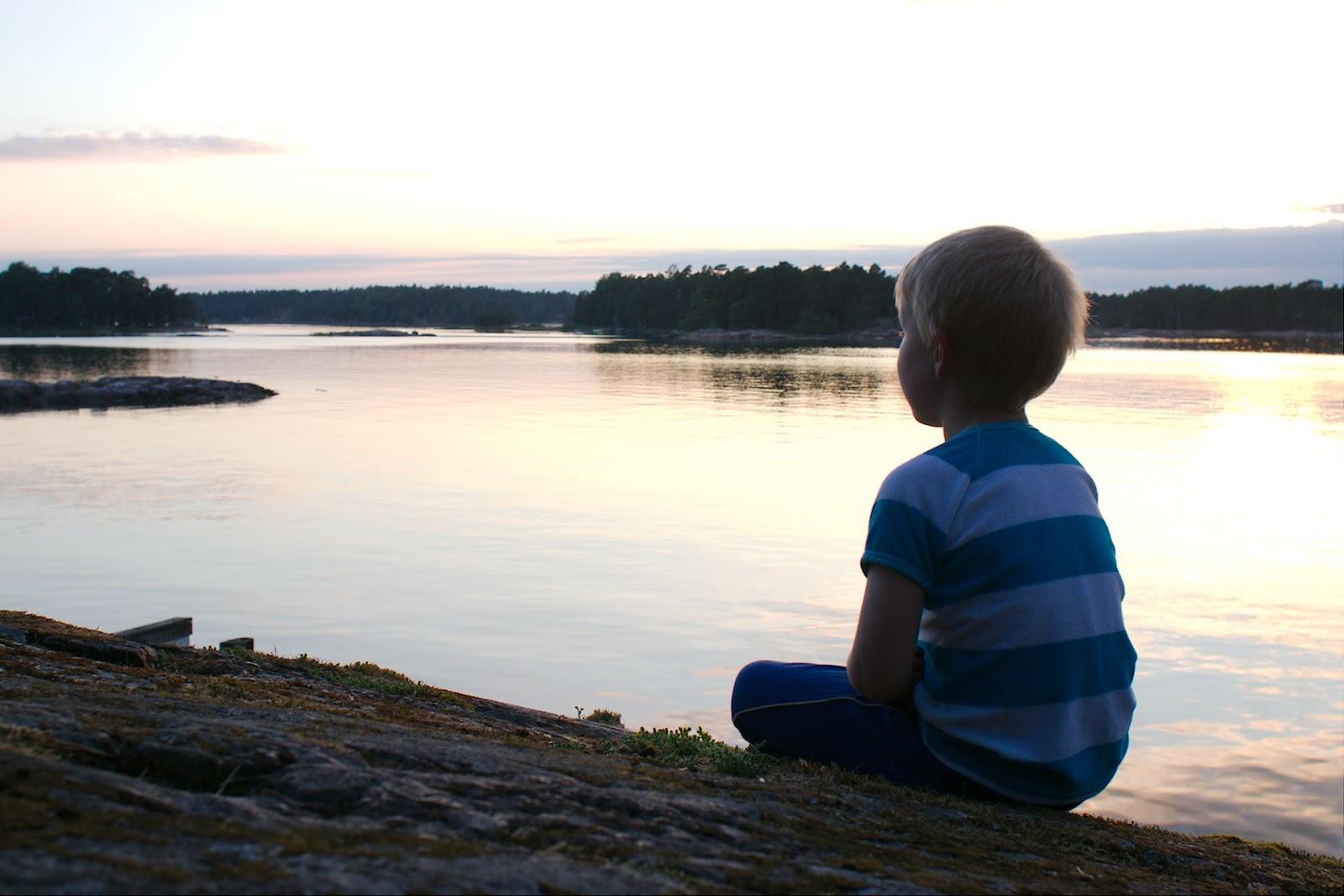 Ilta-auringossa Stora Herrön rantakalliolla