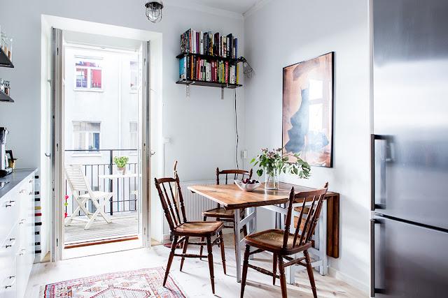 biała kuchnia w stylu skandynawskim, drewniany stół i krzesła