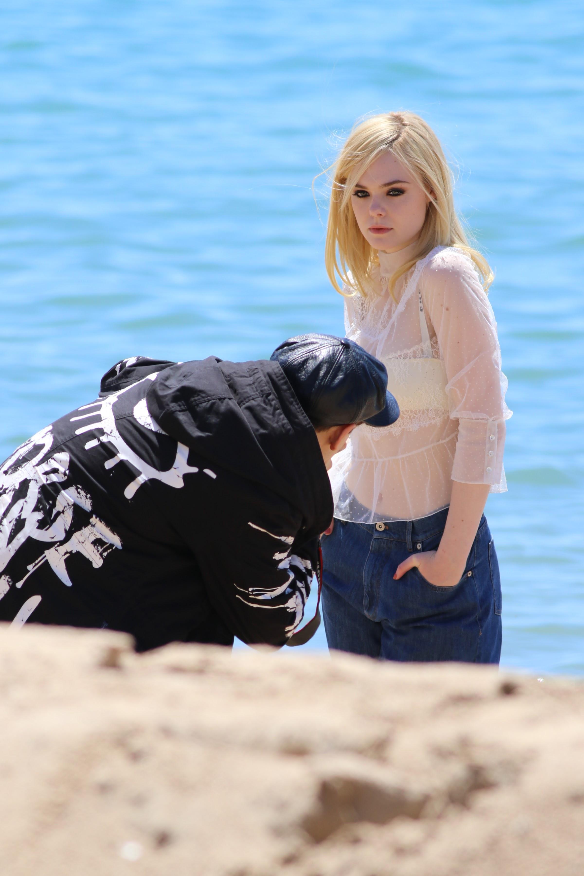 Elle Fanning photoshoot on the Martinez Beach : 第70回カンヌ映画祭のレトロ・ビキニ姿を披露した写真撮影中のエルたん ! !
