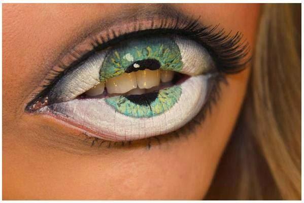 Labios pintados como ojo