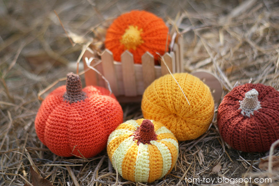 Little crochet pumpkins