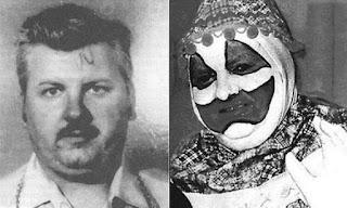 2 photos de John Wayne Gacy, mug shot à gauche, dans son costume de Pogo le Clown à droite
